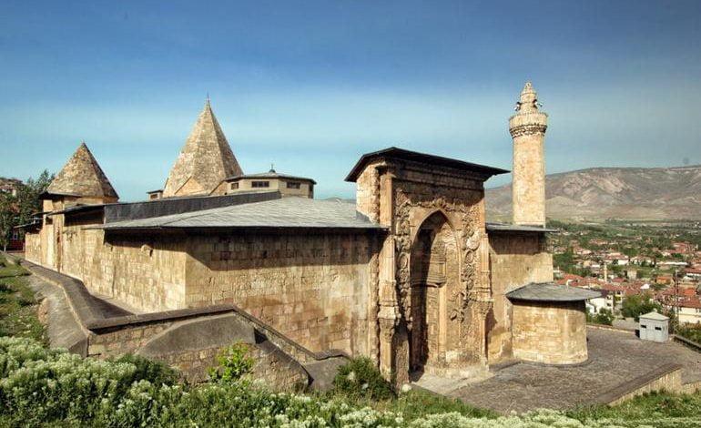 Photo of تعرّف على جامع ديفرجي الكبير … أول معلم أثري في تركيا إدرج بقائمة التراث العالمي لليونسكو